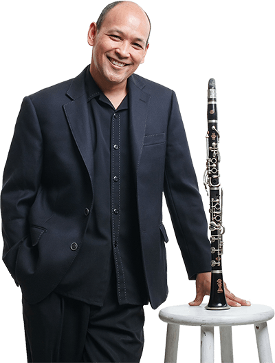 Evan Christopher portrait, Selmer albert system clarinet on stool (Jason Kruppa 2014)